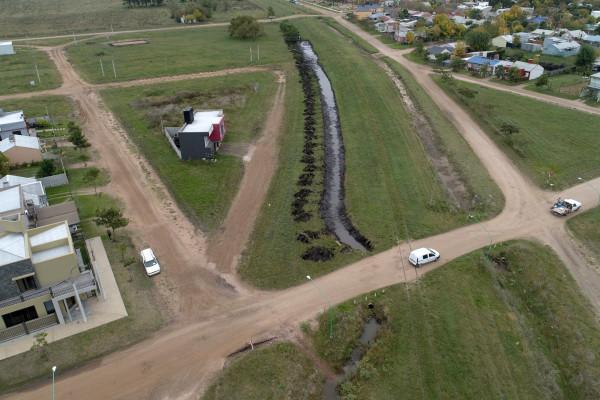 El gobierno provincial realiza obras de canalización y limpieza en distintos afluentes