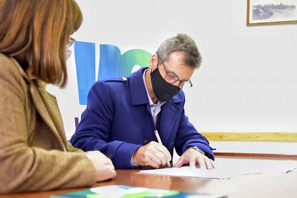Provincia y municipio firman convenio para obra de pavimento en Villa Elisa